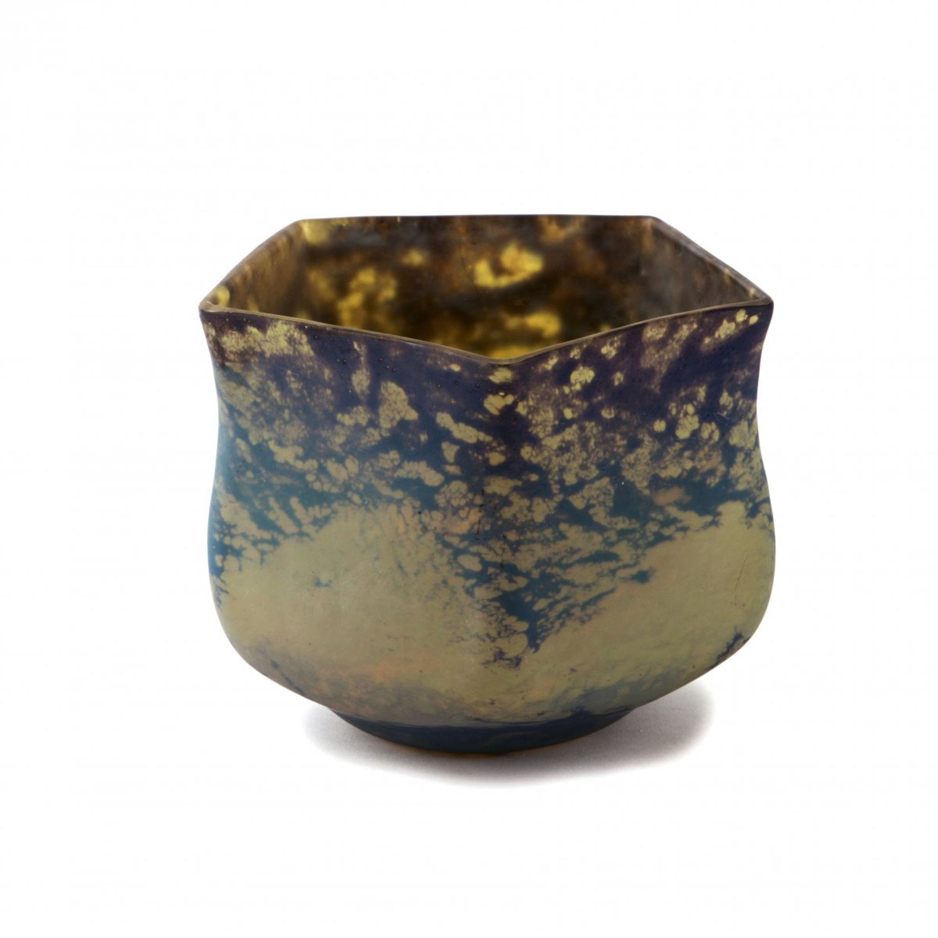 Los 144 - Daum Frères, Nancy, Cachepot, 1910-15Cachepot, 1910-15H. 16,3 cm. Überfangglas, farblos,...