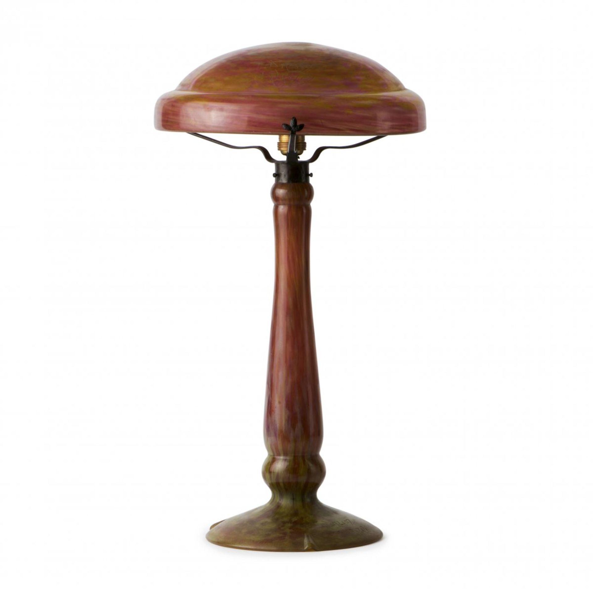 Los 147 - Daum Frères, Nancy, Tischlampe, um 1910Tischlampe, um 1910Dicker, schwingender Schaft auf...