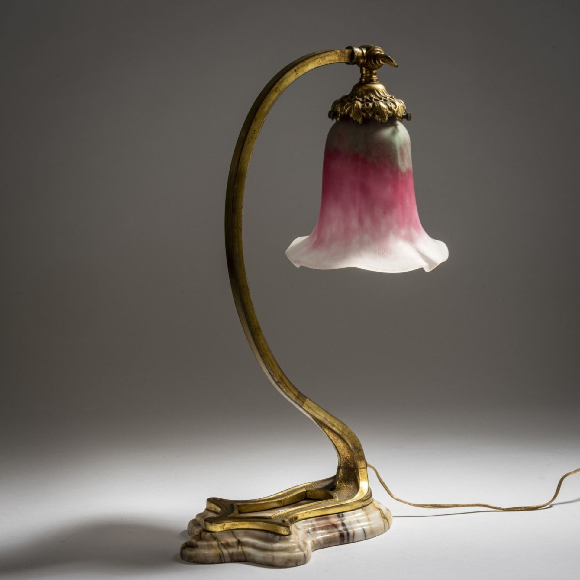 Los 156 - Daum Frères, Nancy, Tischleuchte, um 1910Tischleuchte, um 1910H. 42 cm. Tülle in farblosem Glas...