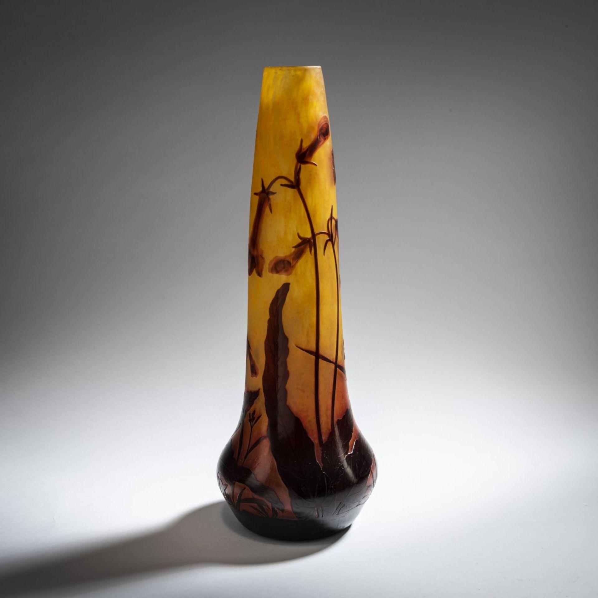 Los 158 - Daum Frères, Nancy, Vase 'Bignones', um 1912Vase 'Bignones', um 1912Hohe Trompetenform. H. 42 cm....