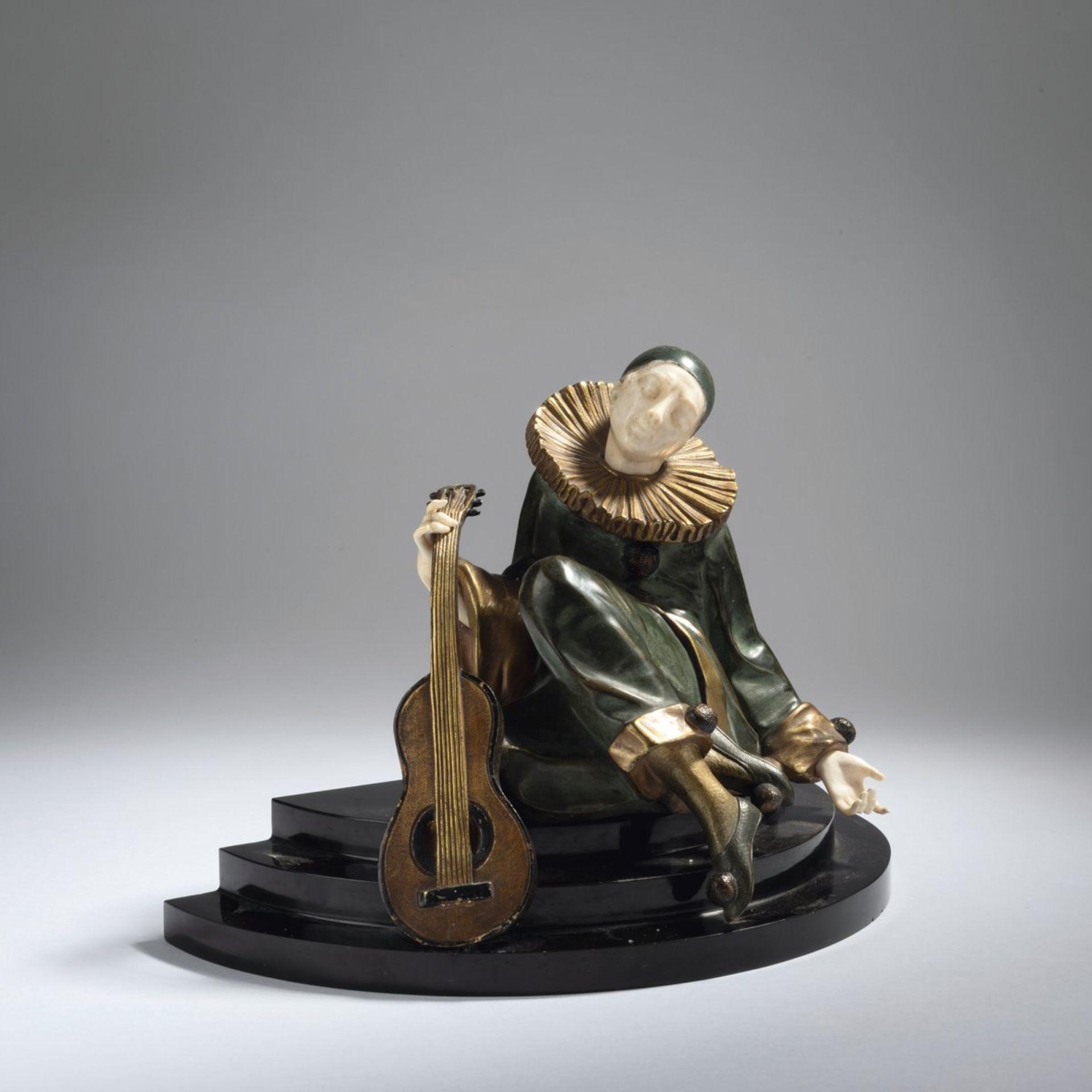 Alfred Gilbert, Pierrot mit Gitarre, 1925