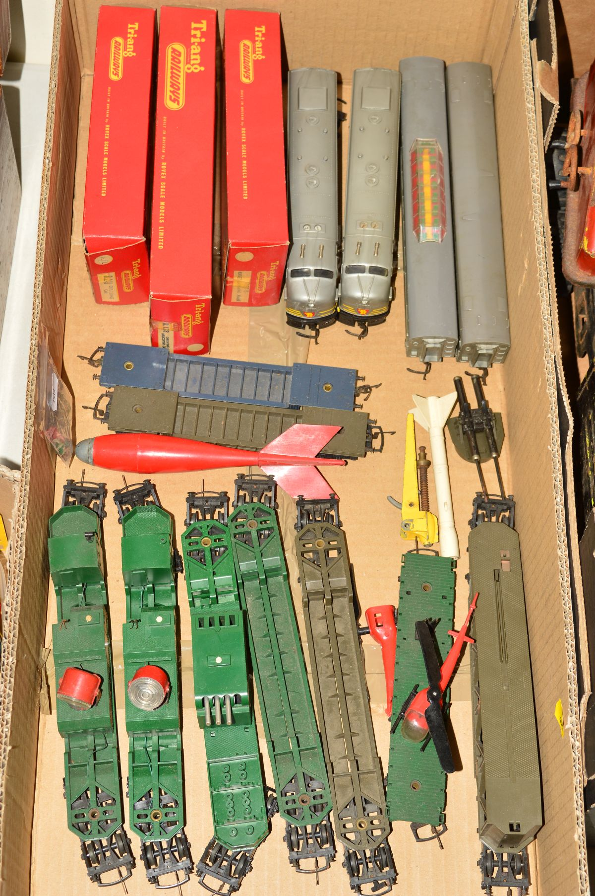 Lot 494 - A QUANTITY OF BOXED AND UNBOXED TRI-ANG RAILWAYS 00 GAUGE TRANSCONTINENTAL AND BATTLE SPACE ITEMS,