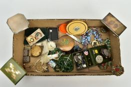 A SELECTION OF COSTUME JEWELLERY AND ITEMS, to include a silver engine turn designed compact,
