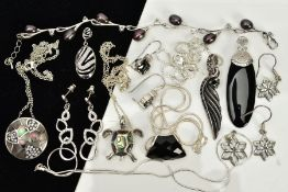 A COLLECTION OF WHITE METAL ASSORTED JEWELLERY ITEMS, to include a black freshwater pearl and