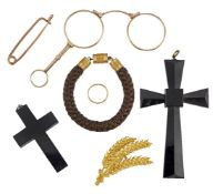 A quantity of assorted jewellery, costume jewellery and oddments, including: a gold band ring; a