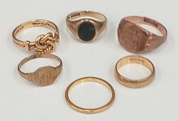 Four 9 ct gold rings (12.7 grammes total weight), an 18 ct gold ring (4.