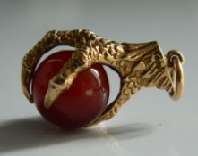 A 9 ct gold eagle claw and agate fob (6.