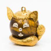 A French 18 ct gold mounted tiger's eye pendant Formed as a cat. 3 cm high.