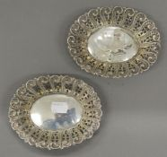 A pair of silver bon bon dishes. Each 14 cm wide (72.