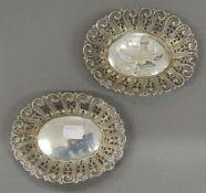 A pair of silver bon bon dishes. Each 14 cm wide (72.