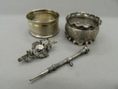 Two silver napkin rings, a brooch and a pencil. Pencil 6.5 cm long (27.8 grammes total weight).