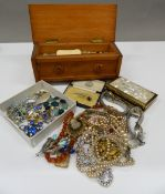 A quantity of miscellaneous costume jewellery