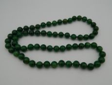 A jade bead necklace. 80 cm long.