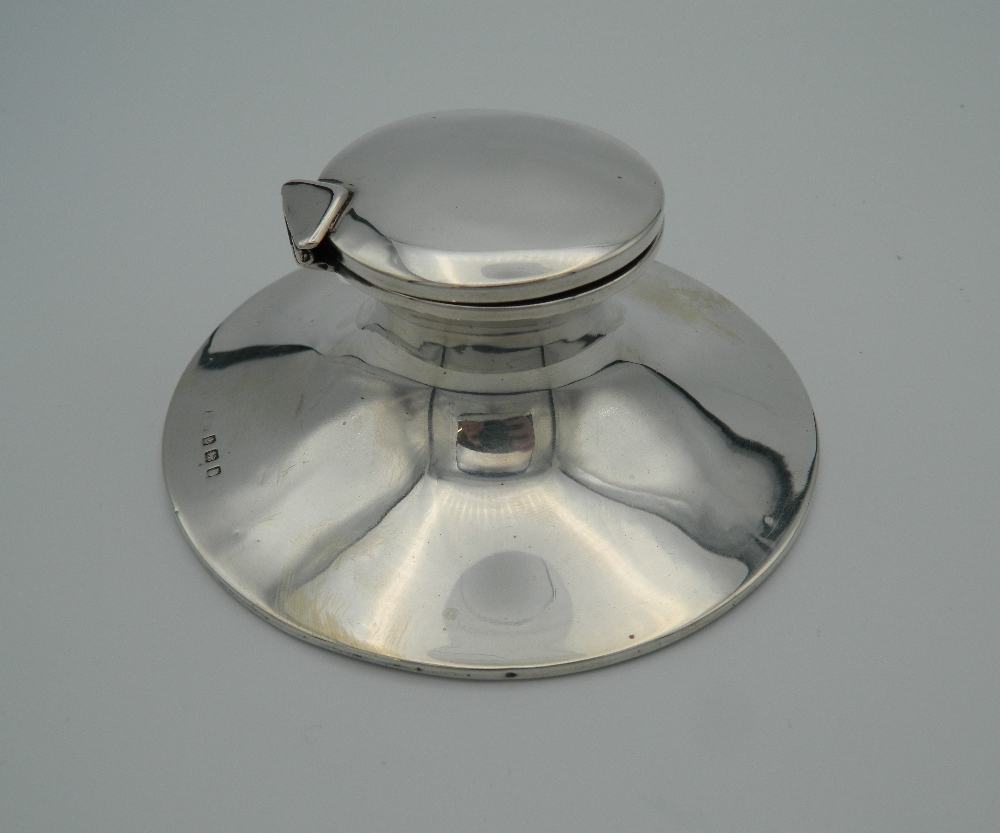A silver Capstan inkwell, hallmarked for Birmingham, circa 1900. 11.5 cm wide.