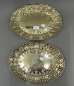 A pair of Edwardian silver gilt platters. 32 cm wide (37.