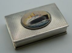 A silver snuff box decorated with a steam liner. 8 cm wide.