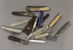 A quantity of vintage penknives