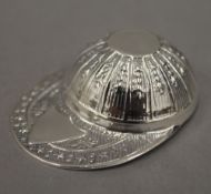 A sterling silver jockey cap caddy spoon. 5 cm long.