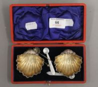 A cased pair of silver salts. Each 5.5 cm wide. 32 grammes.