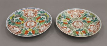 A pair of 19th century Chinese dishes. 18 cm diameter.