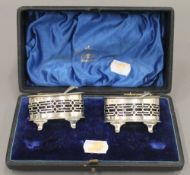 A pair of cased silver salts. 77.9 grammes.