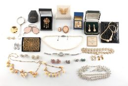 Property of a lady - a quantity of assorted jewellery including a 9ct yellow gold & seed pearl