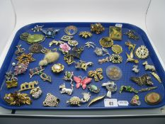 A Mixed Variety of Vintage and Later Brooches, including claw set floral, diamante birds, and