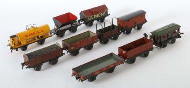 10 Wagen Märklin u.a., Spur 1, 1 x off. Güterwagen m. Kohleneinsatz 1910; 1 x Niederbordwagen 1764