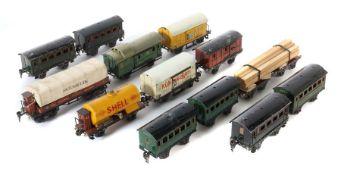 13 Wagen Märklin, Spur 0, 1 x Planewagen 1853; 1 x Kühlwagen m. Bremserhaus 1793; 1 x Bananenwagen