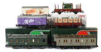6 Wagen Märklin, Spur 1, 2 x Personenwagen 2. Klasse der DB, 1 x grau, 1 x grün, je im OK; 1 x ged