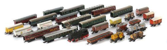 1 Lok, 28 Wagen Märklin, Spur H0, Blech, 1 x Dampflok T 800 wohl Typ 3, Guss brüniert, BZ 1946, L:
