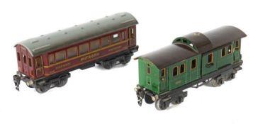 2 Wagen Märklin, Spur 0, 1 x Gepäckwagen 18890, grün, braunes Dach, 2 Schiebetüren, L: 21,5 cm;