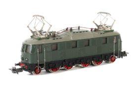 E-Lok Märklin, Spur H0, MS 800, Typ 5, BZ: 1951-52, BR E 18 der DR, grün, L: 17,8 cm. Kaum