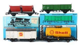 4 Wagen Märklin, Spur 1, 1 x Kippwagen 5859, im OK; 1 x ged.Güterwagen 5850, weiß m. Aufschrift.