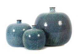 Drei Vasen Deutschland, 1970er/80er Jahre, sandfarbener Scherben, die drei bauchigen Körper