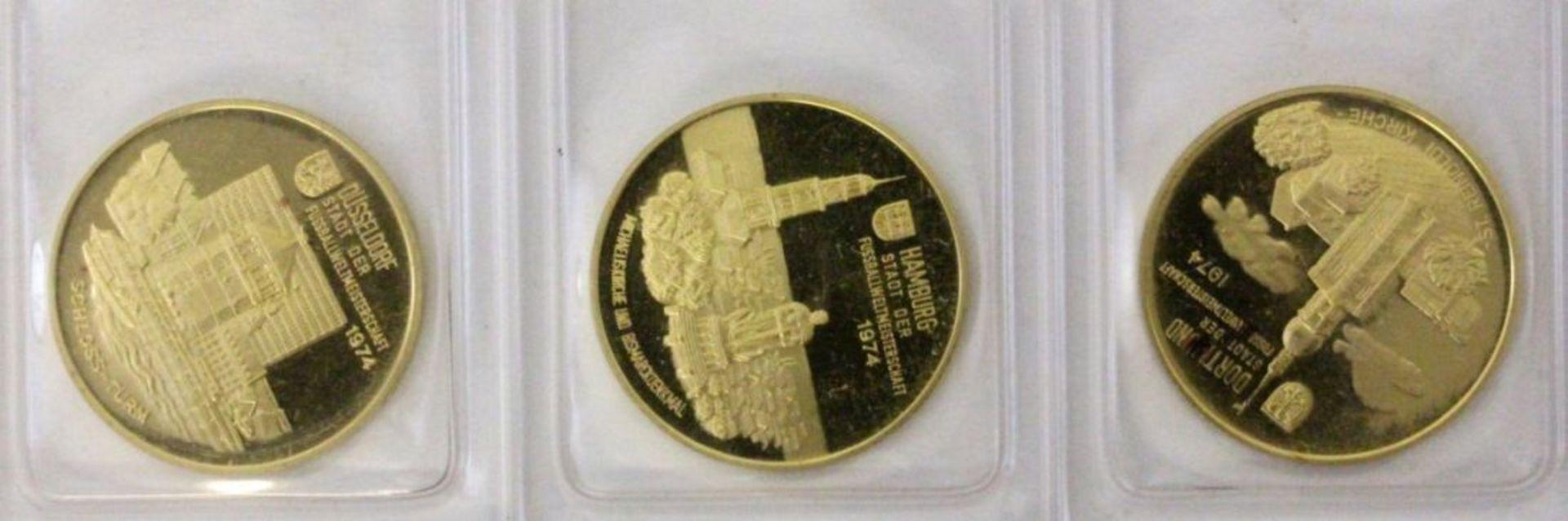 DREI GOLDMÜNZEN900/000 Gelbgold. Fussball Weltmeisterschaft Deutschland 1974. WM Städte Hamburg,