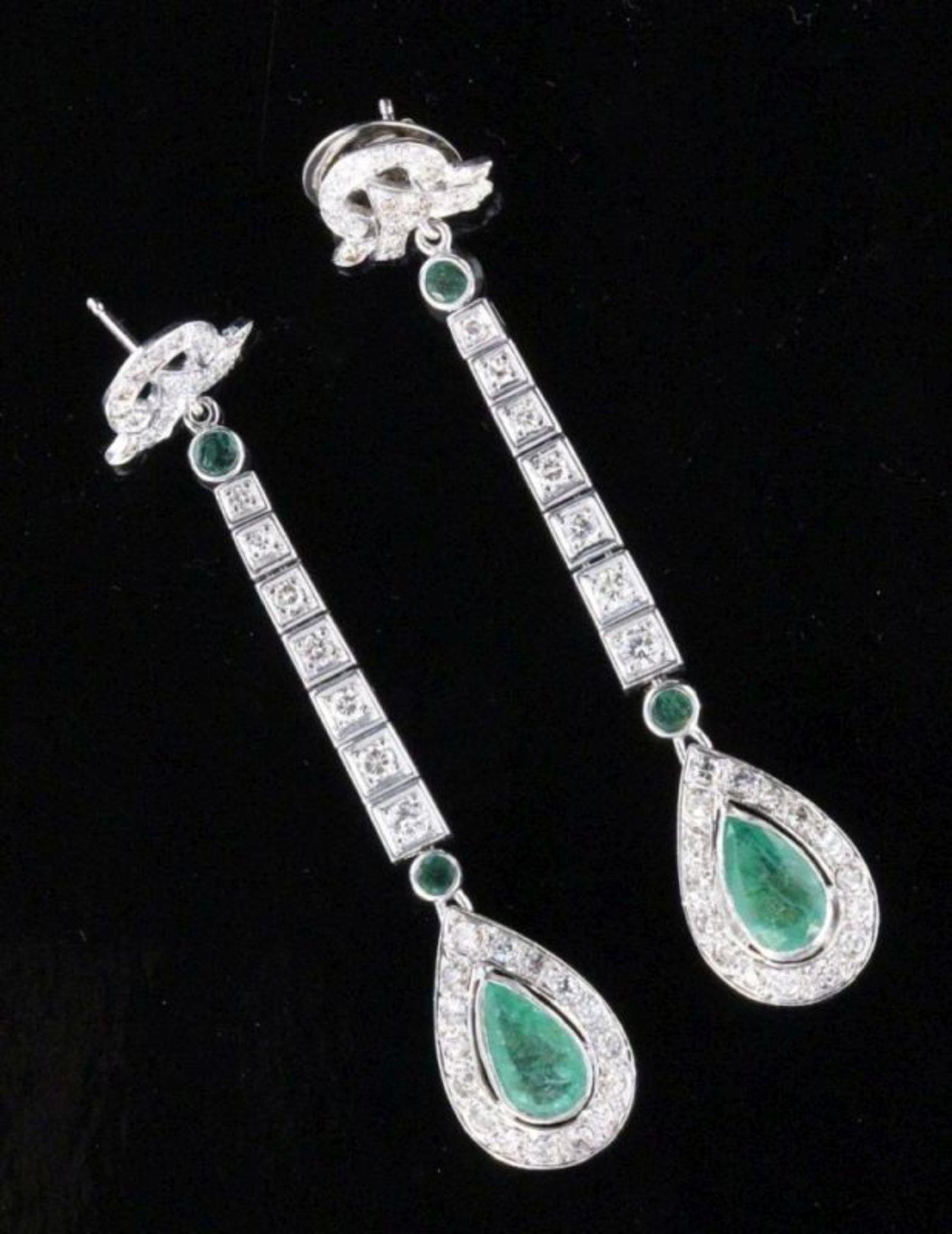 PAAR AUSGEFALLENE OHRHÄNGER750/000 Weissgold mit reichem Diamantbesatz und natürlichen Smaragden.