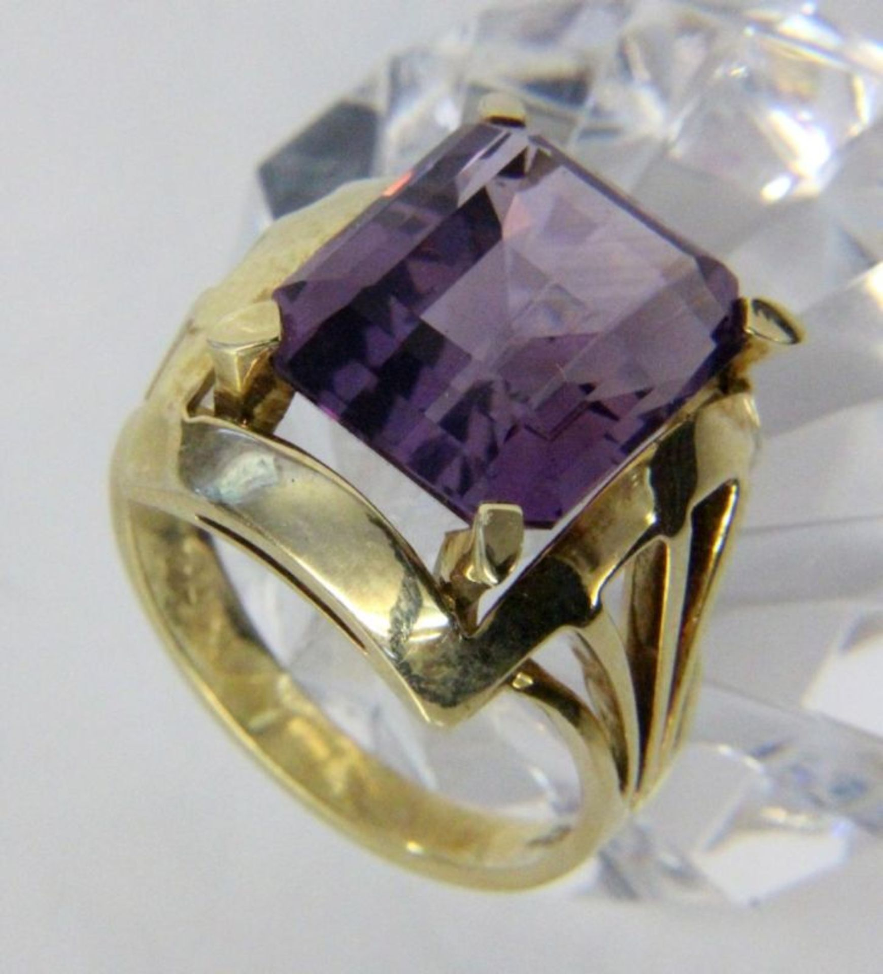 DAMENRING585/000 Gelbgold mit Amethyst. Ringgr. 57, Brutto ca. 8,6gA LADIES RING 585/000 yellow gold