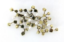 DESIGNER BROSCHE585/000 Gelbgold mit Zuchtperlen. 55x30mm, Brutto ca. 9,4gA DESIGNER BROOCH 585/
