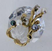 DESIGNERRING585/000 Gelb- und Weissgold. Besetzt mit 2 grauen und 2 weissen Perlen sowie 3