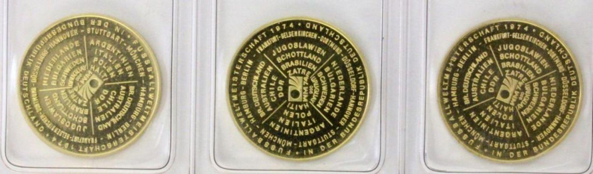 DREI GOLDMÜNZEN900/000 Gelbgold. Fussball Weltmeisterschaft Deutschland 1974. WM Städte Hamburg, - Bild 2 aus 2