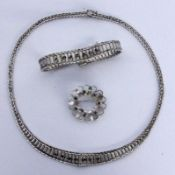 COLLIER, ARMBAND UND BROSCHESilber mit Saphiren. Brutto ca. 38gA NECKLACE AND BROOCH Silver with
