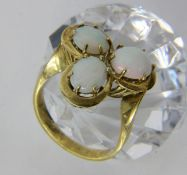 DAMENRING585/000 Gelbgold mit 3 Milchopalen. Ringgr. 56, Brutto ca. 6,5gA LADIES RING 585/000 yellow
