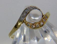 DAMENRING333/000 Gelbgold mit Zuchtperle und Diamanten. Ringgr. 56, Brutto ca. 2,1gA LADIES RING