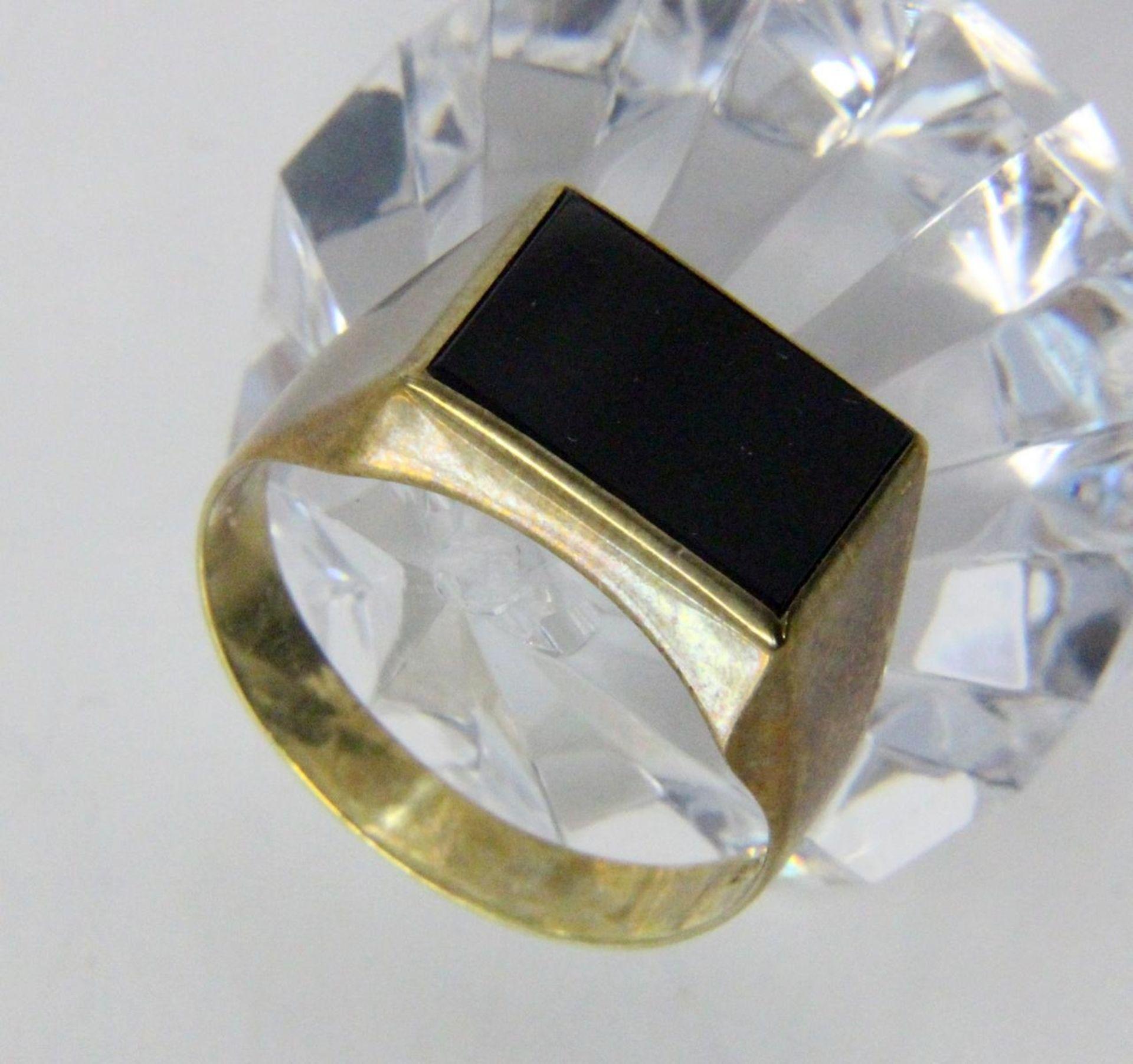 HERRENRING333/000 Gelbgold mit Onyx. Ringgr. 64, Brutto ca. 3gA MEN'S RING 333/000 yellow gold