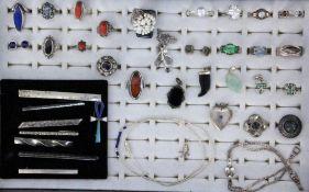 LOT VON 39 TEILEN SCHMUCKmeist SilberA LOT OF 39 JEWELLERY PIECES mostly silver. Keywords: mixed