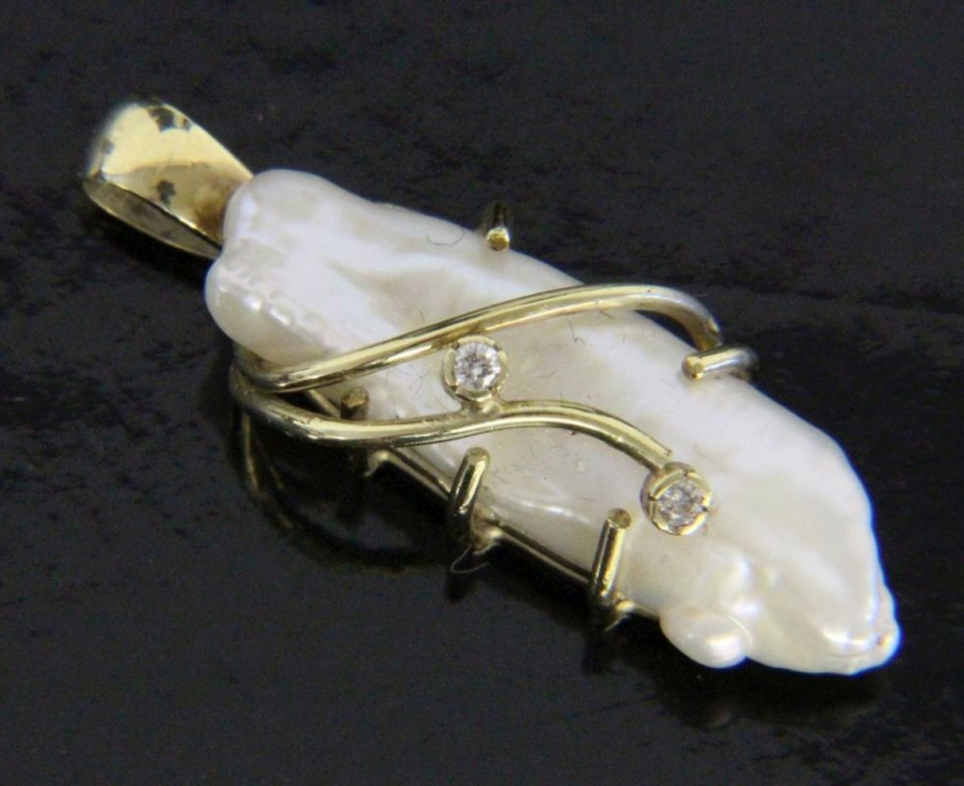 ANHÄNGER MIT BIWAPERLE585/000 Gelbgold mit Biwaperle und 2 Diamanten. L.35mm, Brutto ca. 4,3gA