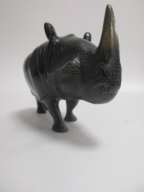 Lot 123 - A 20th Century bronze model of a rhino, unsigned, height 12.5cm, length 24cm