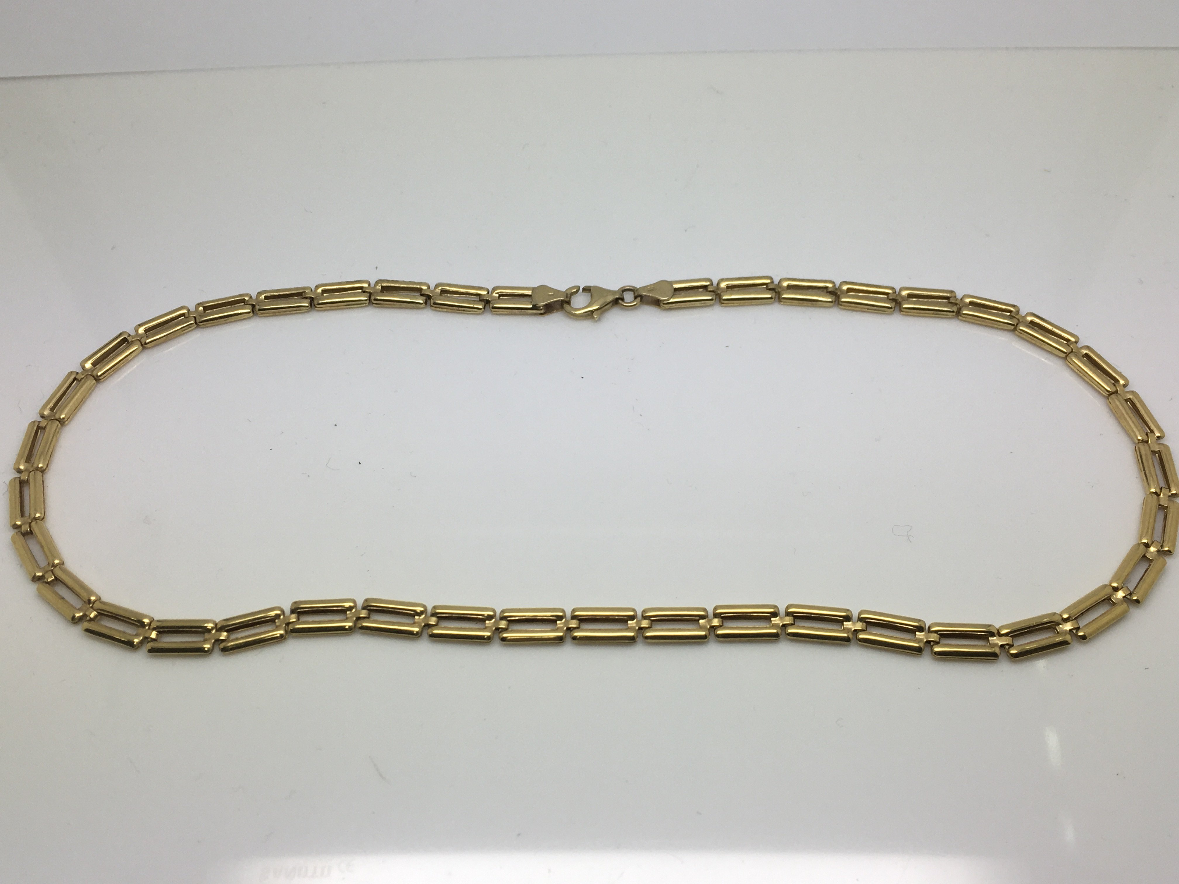 Lot 32 - A 9ct gold necklace, approx 10g.