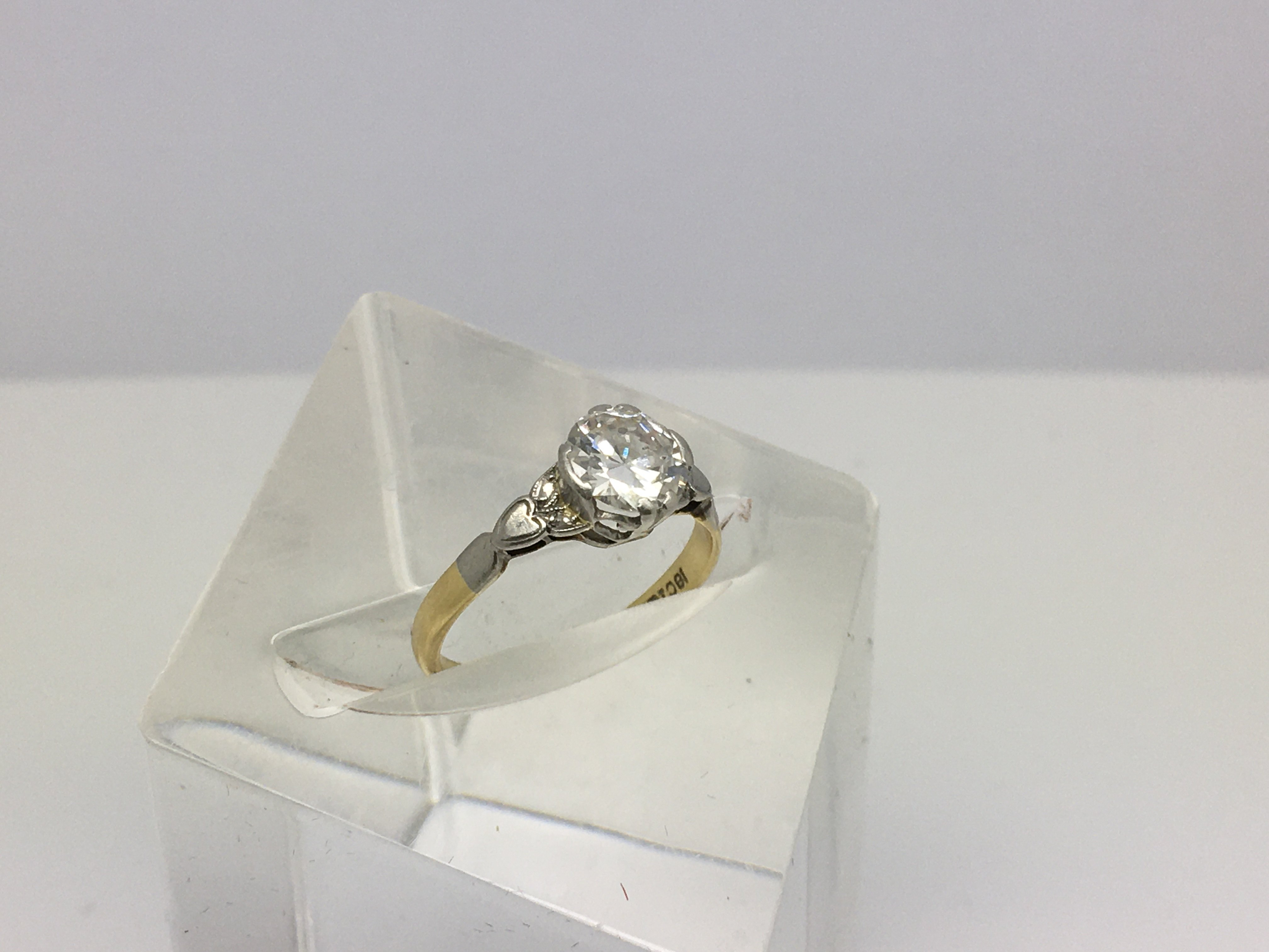 Lot 12 - An 18ct gold ring inset with a single solitaire di